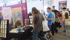 Forfatteren signerer. Dennis Jürgensen på Comics 2013